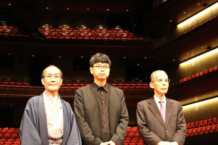 三浦基のロームシアター京都館長就任記者会見より。左から門川大作京都市長、三浦基、長尾真京都市音楽芸術文化振興財団理事長。