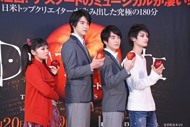 リンゴを手にポーズをとる出演者たち。左から吉柳咲良、甲斐翔真、村井良大、高橋颯。