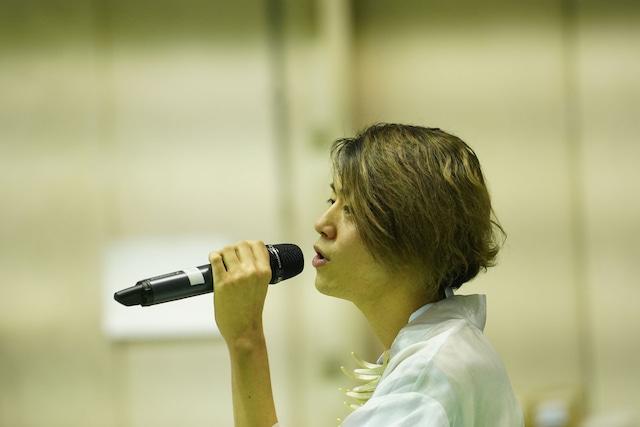 雲上の導者役の新里宏太。(Photo by DAZZLE)