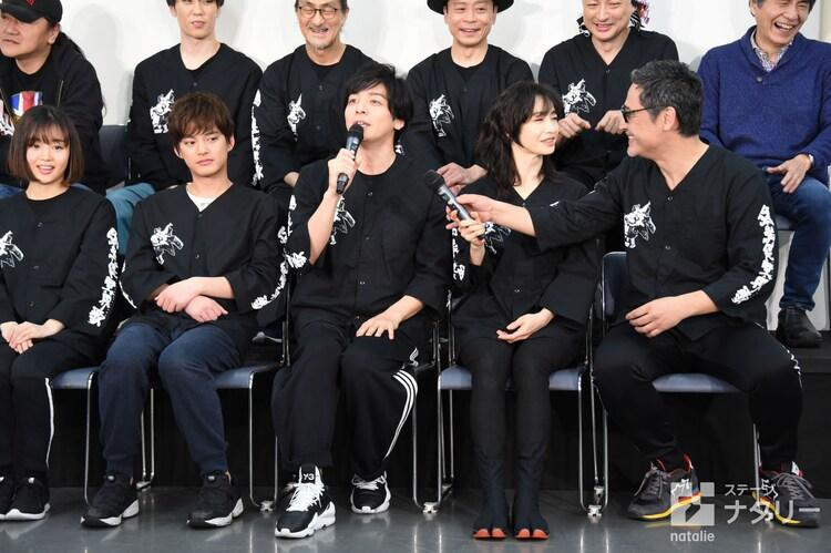 マイクでしゃべっている生田斗真(前列左から3番目)に、なぜか別のマイクを渡そうとするりょう(右から2番目)。