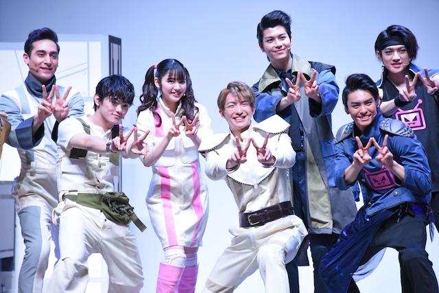 左からド・ランクザン望、長江崚行、鎮西寿々歌、前田公輝、多和田任益、高野洸、松村優。