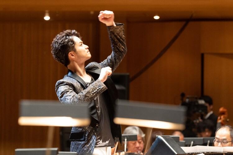 コンサート「Simpatia(シンパティーア)」より、オーケストラを指揮する田代万里生。