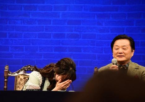 「今回、咲妃が京本くんの唇を奪います」という小池修一郎(右)の発言を受け、照れる咲妃みゆ(左)。