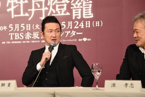 源孝志(右)に、自身の役どころについて「放蕩野郎と小悪党……ですよね?」と問いかける中村獅童(左)。