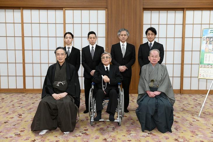 前列左から片岡仁左衛門、片岡我當、片岡秀太郎。後列左から片岡千之助、片岡孝太郎、片岡進之介、片岡愛之助。