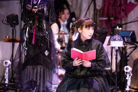 別冊「根本宗子」第8号「『THE MODERN PLAY FOR GIRLS』女の子のための現代演劇」より、「超、Maria」の様子。