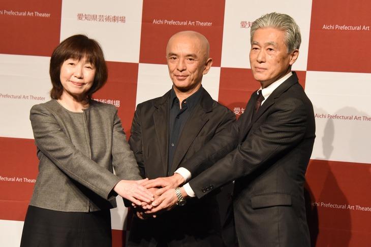 左から菅沼綾子理事長、勅使川原三郎、丹羽康雄館長。