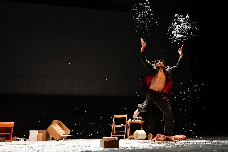 伊藤キム「病める舞姫」より。(撮影:鈴木淳)