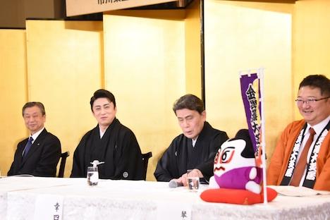 左から松竹の安孫子正副社長、松本幸四郎、松本白鸚、琴平町の片岡英樹町長。