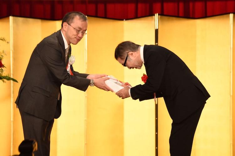 第71回読売文学賞贈賞式より、左から読売新聞東京本社の田中隆之取締役編集局長、松尾スズキ。