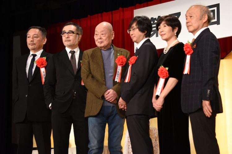 第71回読売文学賞贈賞式より。左から島田雅彦、松尾スズキ、津野海太郎、礒崎純一、川野里子、千葉文夫。