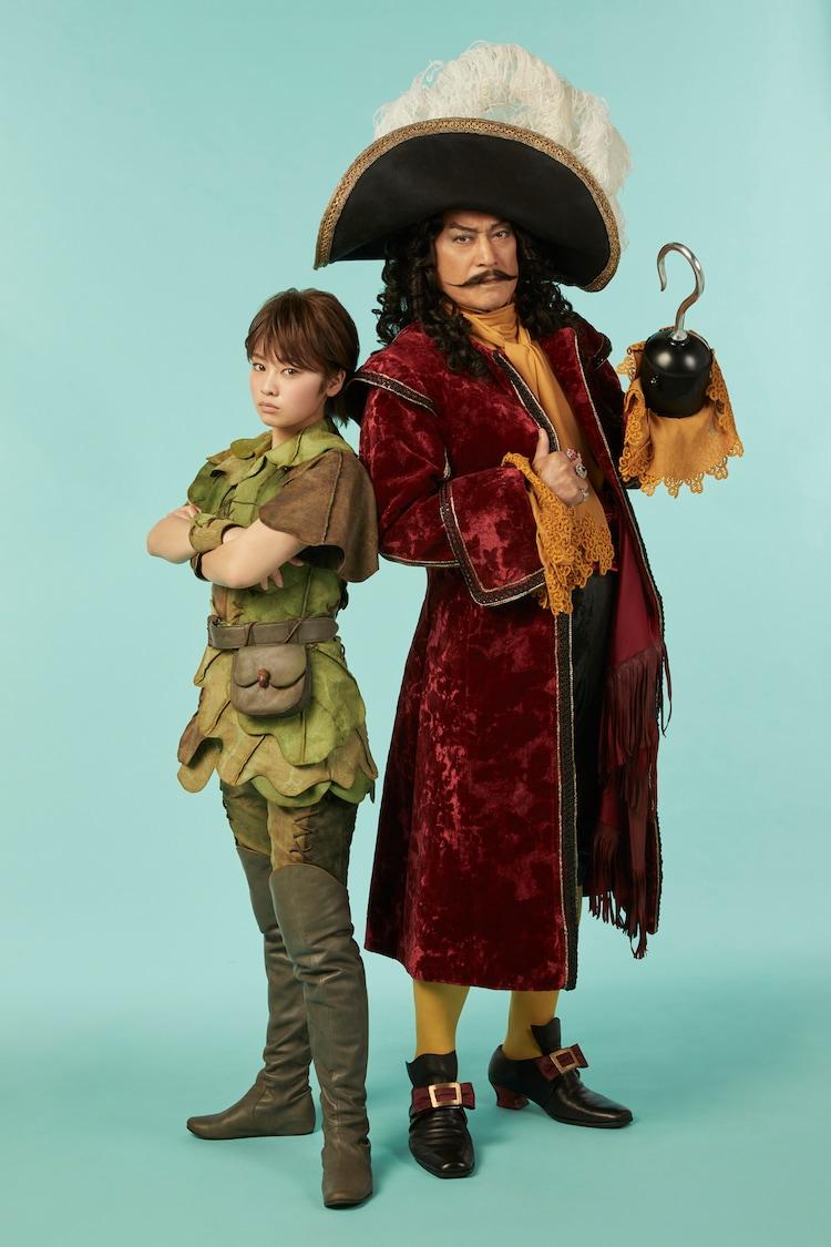 左から吉柳咲良扮するピーターパン、松平健扮するフック船長。