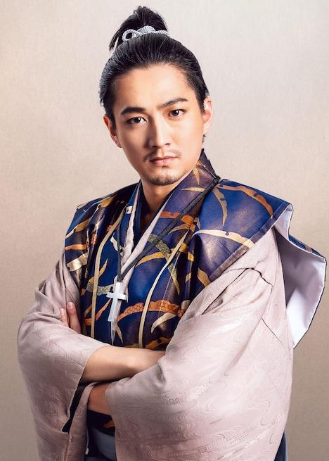 株元英彰のビジュアル。