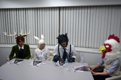 左からルイ役の竹中凌平、ハル役の桑江咲菜、レゴシ役の川上将大、板垣巴留。