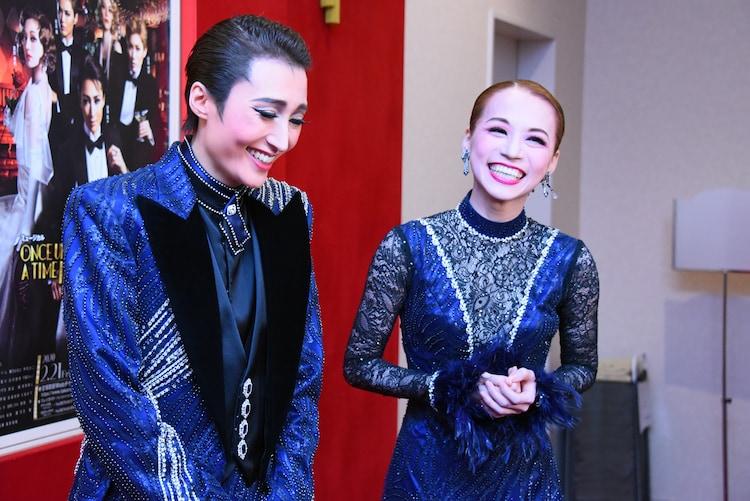 デュエットダンスで結ばれる役の話題で笑い出してしまう、望海風斗(左)と真彩希帆(右)。