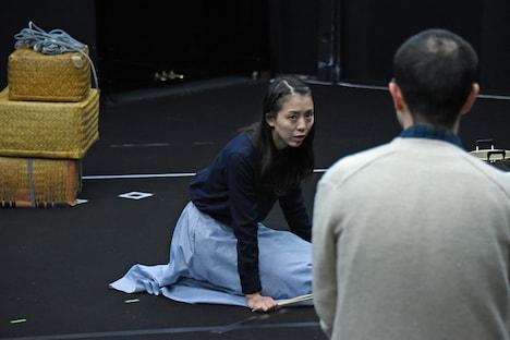 「動員挿話」稽古の様子より、左から鈴木亜希子、所奏。
