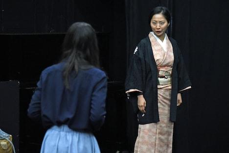 「動員挿話」稽古の様子より、左から伊藤安那、鈴木亜希子。