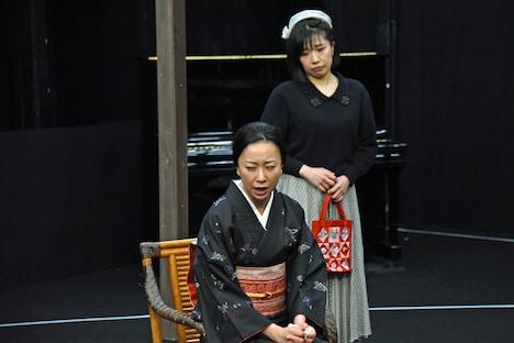 「歳月」稽古の様子より、左から前東美菜子、吉野実紗。