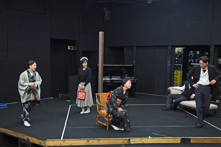 「歳月」稽古の様子より、左から名越志保、吉野実紗、前東美菜子、神野崇。