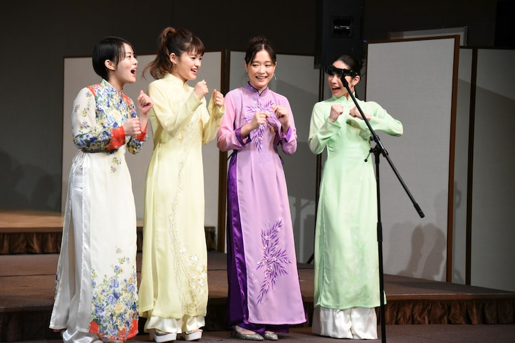踊りながら歌うキム役のキャストたち。左から高畑充希、昆夏美、大原櫻子、屋比久知奈。