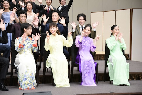 手前左から高畑充希、昆夏美、大原櫻子、屋比久知奈。