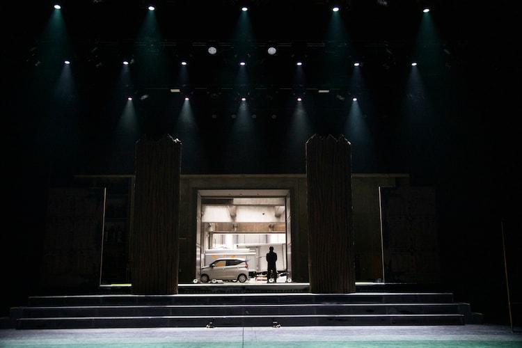 換気のため、ステージ奥の搬入口が開放されている。