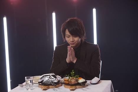 NHK総合「ごちそう男子」より、ハンバーグセットを前に手を合わせる佐藤流司。(写真提供:NHK)
