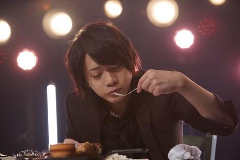 NHK総合「ごちそう男子」より、ハンバーグセットを食べる佐藤流司。(写真提供:NHK)