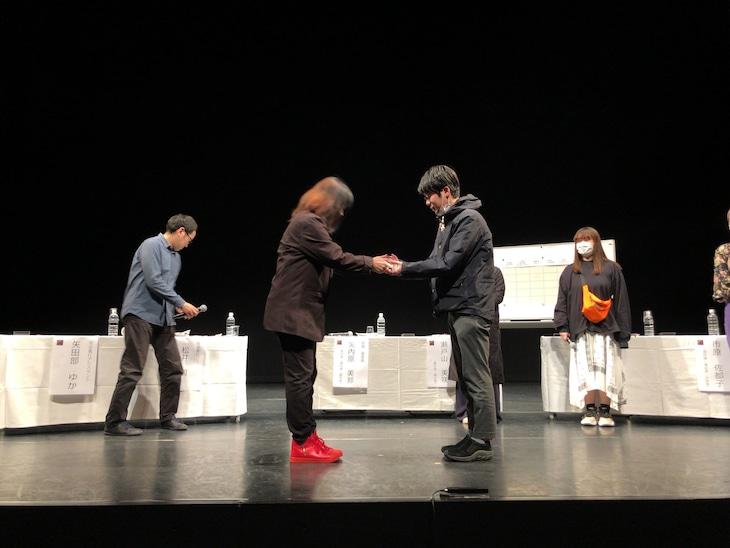 「かながわ短編演劇アワード2020」「戯曲コンペティション」より、矢内原美邦からトロフィーを受け取る大竹竜平。