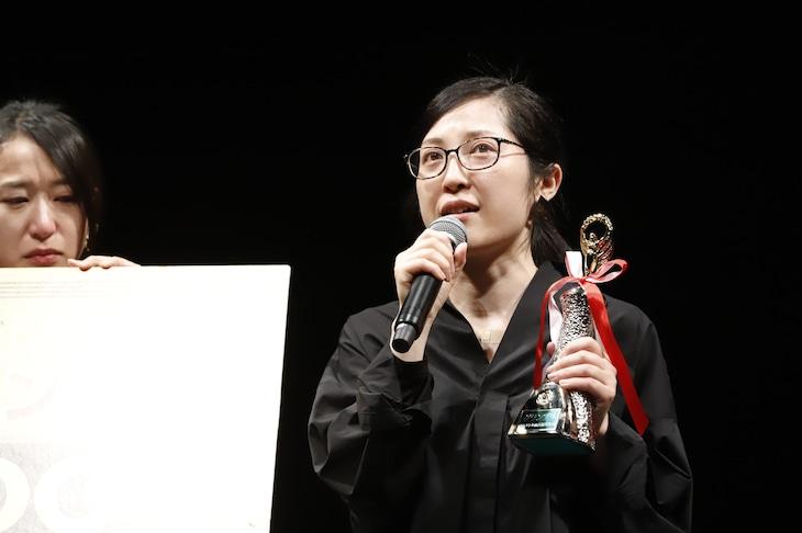 モメラス「28時01分」の作・演出を手がけた松村翔子(右)。