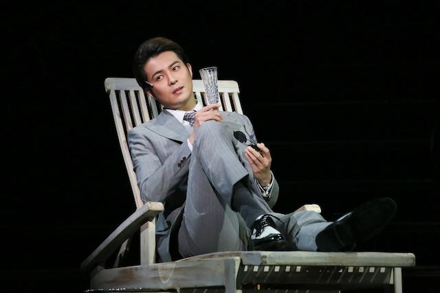 ミュージカル「サンセット大通り」より、平方元基演じるジョー・ギリス。(撮影:宮川舞子 / 写真提供:ホリプロ)