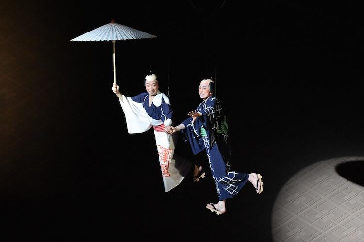 「東海道中膝栗毛」より、左から市川猿之助扮する喜多八、松本幸四郎扮する弥次郎兵衛。(c)松竹