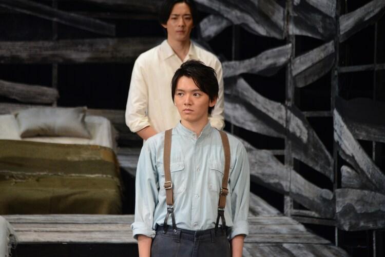濱田龍臣演じるミミンコ(手前)。