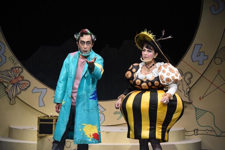 「願いがかなうぐつぐつカクテル」フォトコールより。左から北村有起哉演じるイルヴィッツァー、あめくみちこ演じる魔女ティラニア。