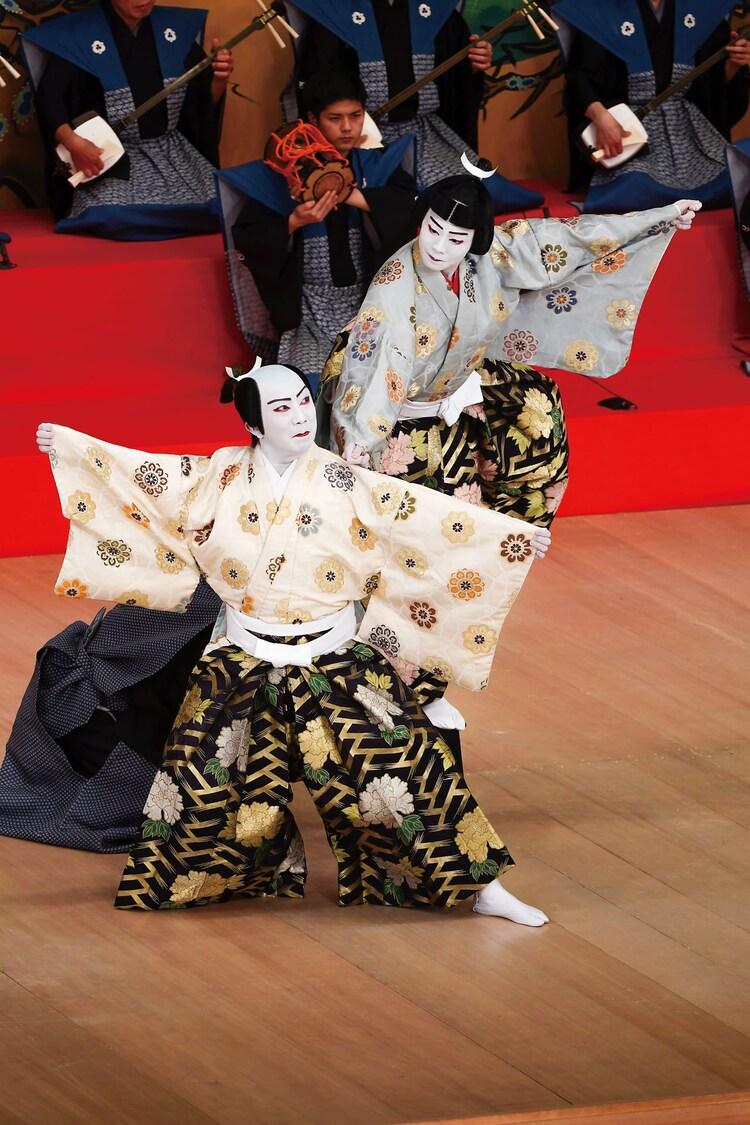 2020年1月 東京・歌舞伎座「澤瀉十種の内 連獅子」より。左から市川猿之助演じる狂言師右近後に親獅子の精、市川團子演じる狂言師左近後に仔獅子の精。(c)松竹