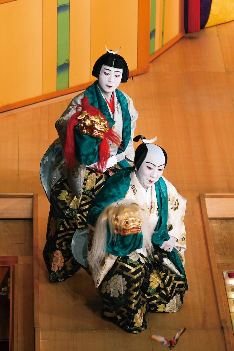 2020年1月 東京・歌舞伎座「澤瀉十種の内 連獅子」より。左から市川團子演じる狂言師左近後に仔獅子の精、市川猿之助演じる狂言師右近後に親獅子の精。(c)松竹