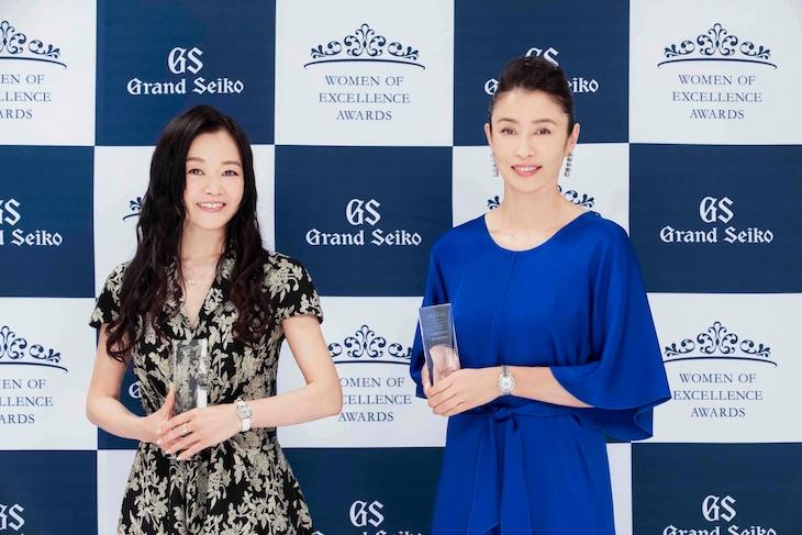 第6回Women of Excellence Awards授賞式より、左から吉田都、水野美紀。