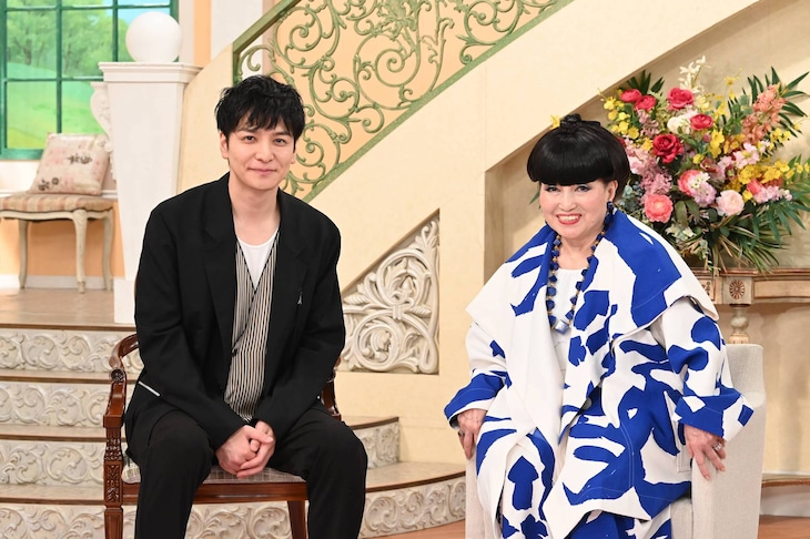 左から生田斗真、黒柳徹子。