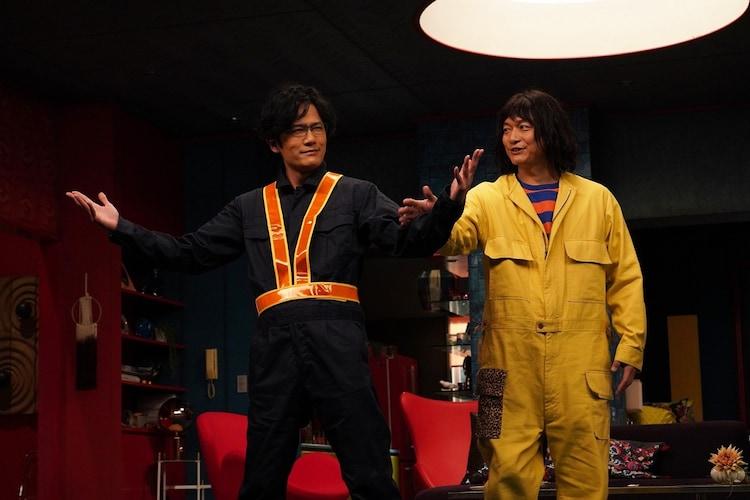 「誰かが、見ている」より、稲垣吾郎演じるレッツ大納言(左)と香取慎吾演じる舎人真一(右)。