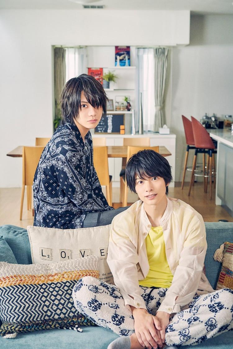左から佐藤流司扮する鈴木翔琉、小澤廉扮する沢瀬凛。