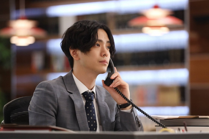 ドラマ「SUITS/スーツ2」より、黒羽麻璃央扮する小笠原誠也。(c)フジテレビ
