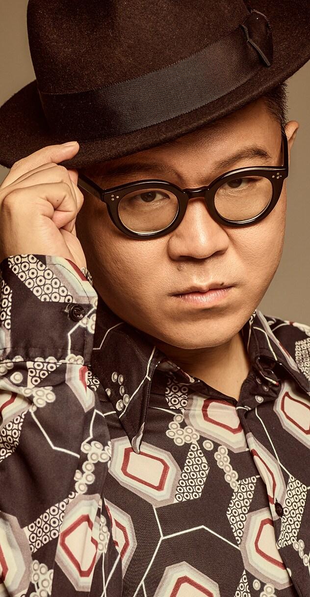 「ミュージカル『モンティ・パイソンのSPAMALOT』featuring SPAM」長谷川忍(シソンヌ)のビジュアル。