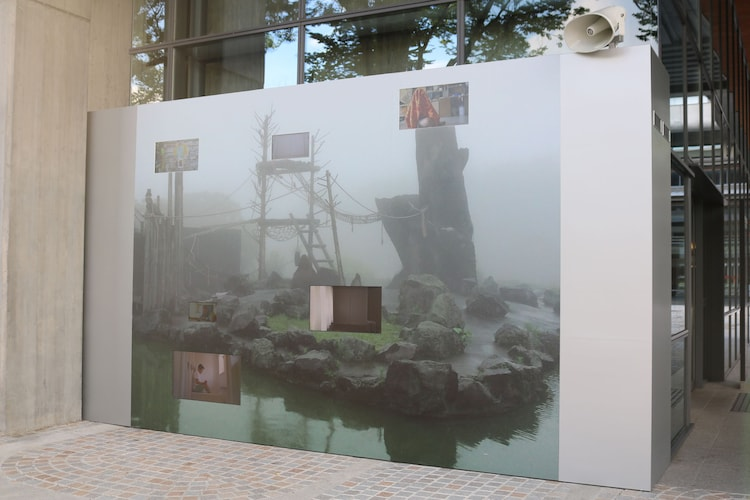 チェルフィッチュ×金氏徹平「消しゴム畑」の展示風景。
