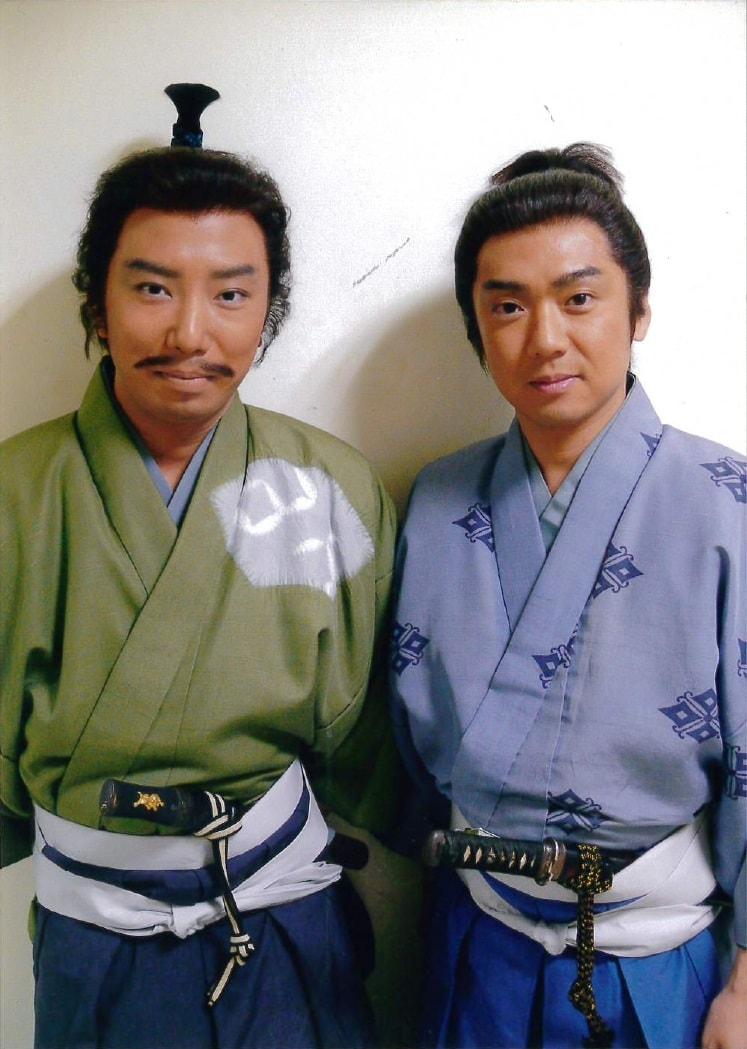 NHK大河ドラマ「風林火山」で共演した市川猿之助(左)と嘉島典俊(右)。猿之助(当時は市川亀治郎)は武田信玄(晴信)役、嘉島は武田信繁(晴信の弟)役を演じた。