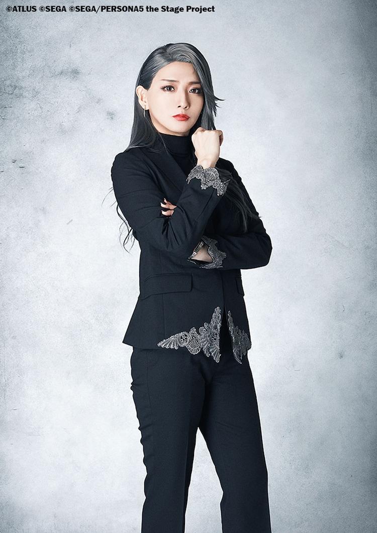 茉莉邑薫扮する新島冴。