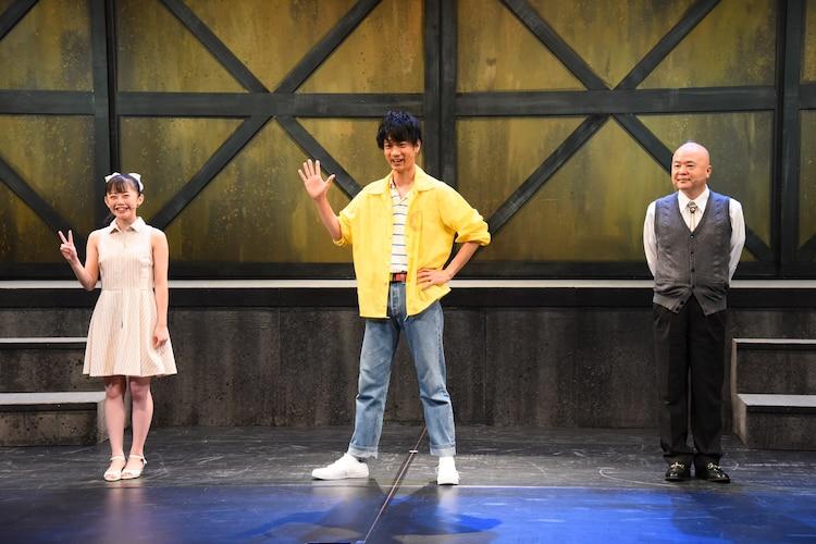 舞台「ぼくらの七日間戦争」フォトセッションより。左から濱咲友菜(AKB48)、馬場良馬、酒井敏也。