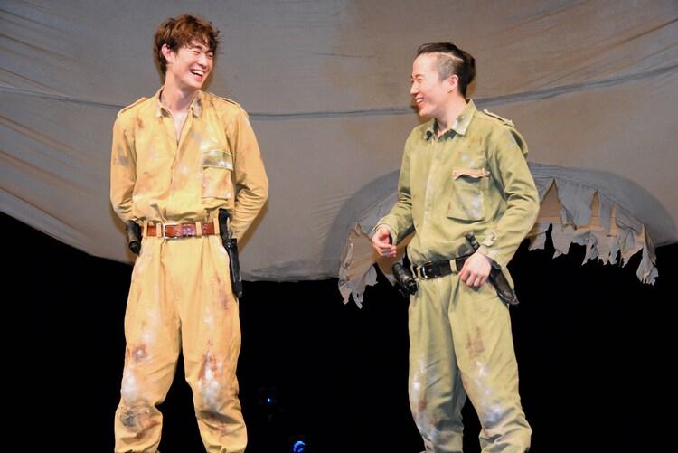 笑い合う宮沢氷魚(左)と大鶴佐助(右)。