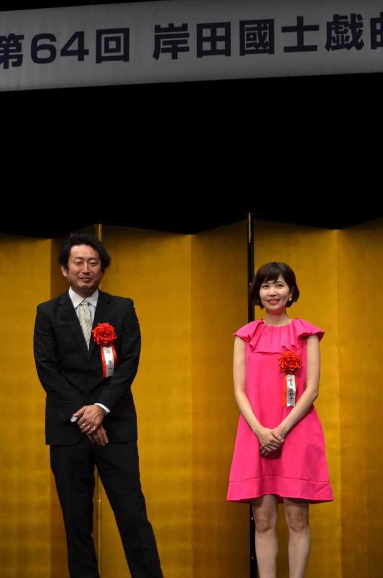 第64回岸田國士戯曲賞授賞式より、左から谷賢一、市原佐都子。