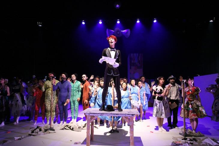 "Mitaka""NEXT""Selection 16th 踊る戯曲3「三文オペラ」2015年10月公演より。(撮影:福井理文)"