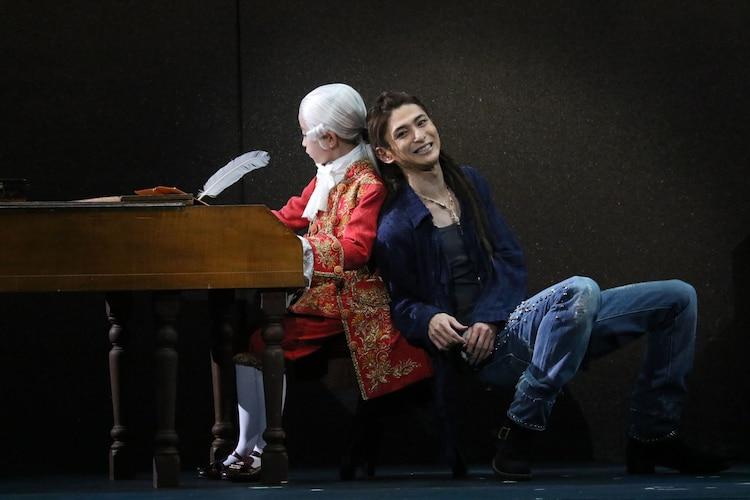ミュージカル「モーツァルト!」2018年公演より、古川雄大扮するヴォルフガング・モーツァルト(右)。(写真提供:東宝演劇部)